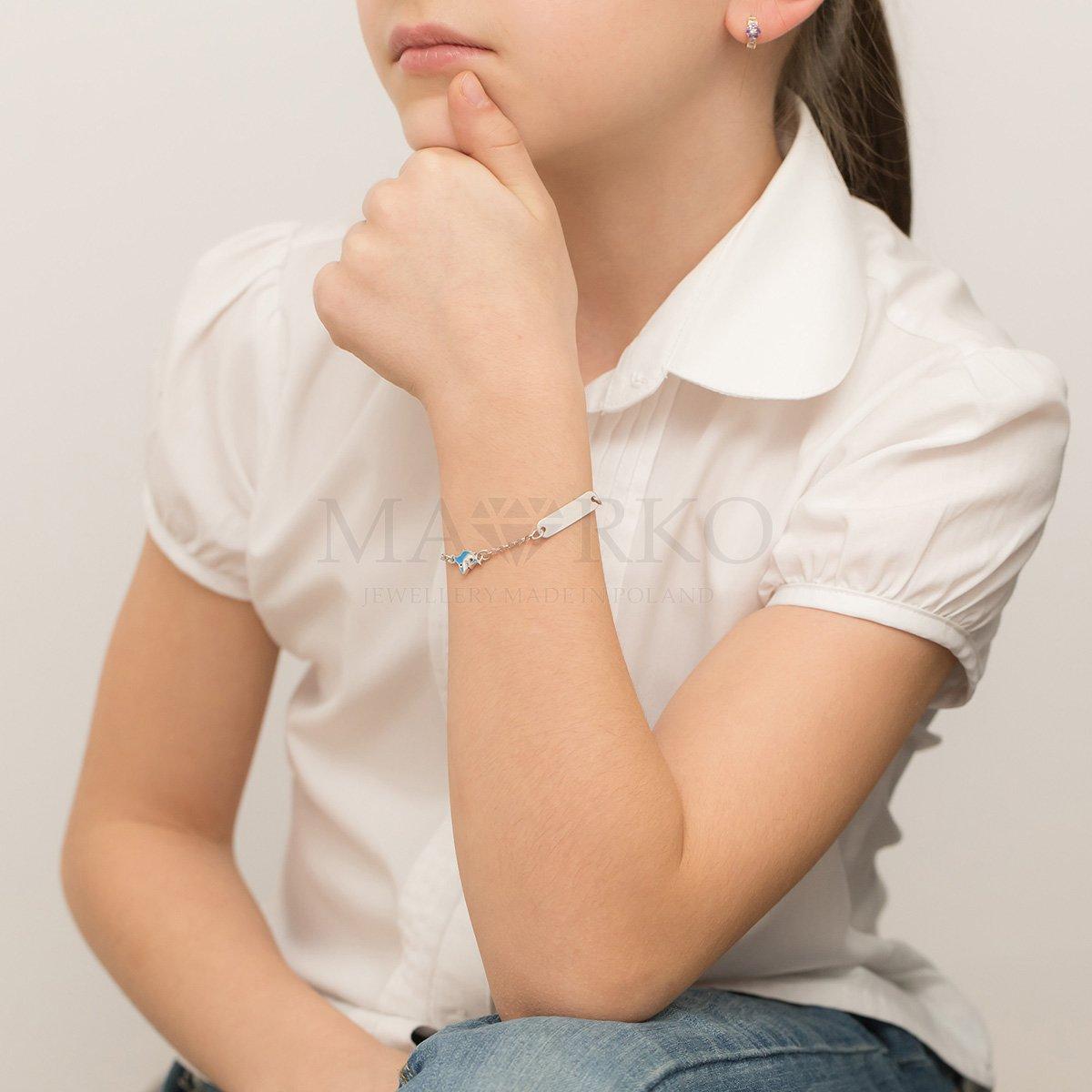 dziewczynka ze srebrną bransoletką na ręce
