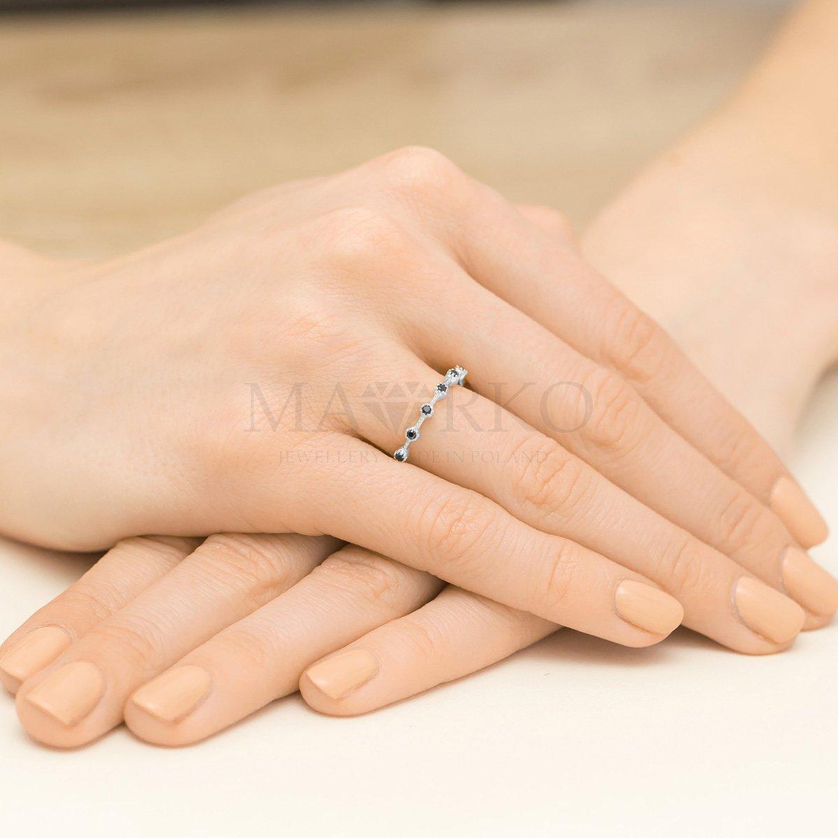 pierścionek srebrny z czarnymi kamieniami